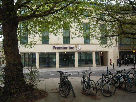 Premier Inn Bath City Centre Hotel: View of the Premier Inn taken just across the road
