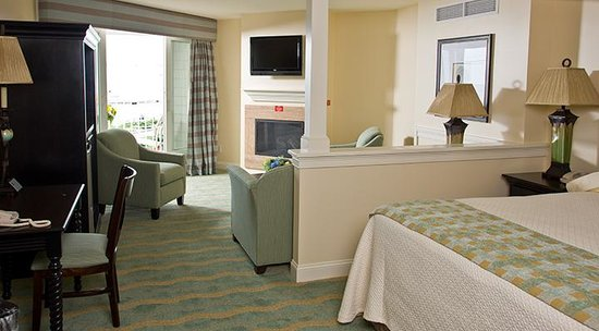 Anchorage Inn: Ocean Suite Living/Bedroom