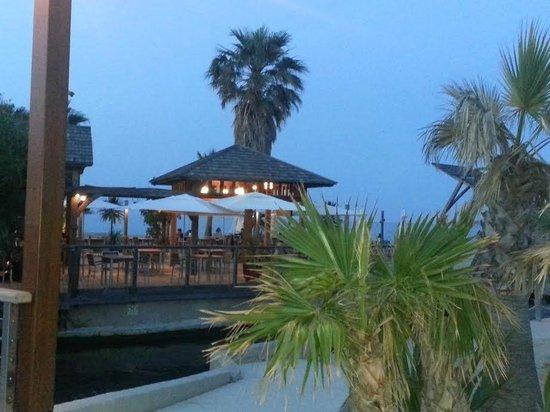 Soleil Vacances Hotel Saint Tropez : plage et bar de la plage à 300 mètres de l'hôtel