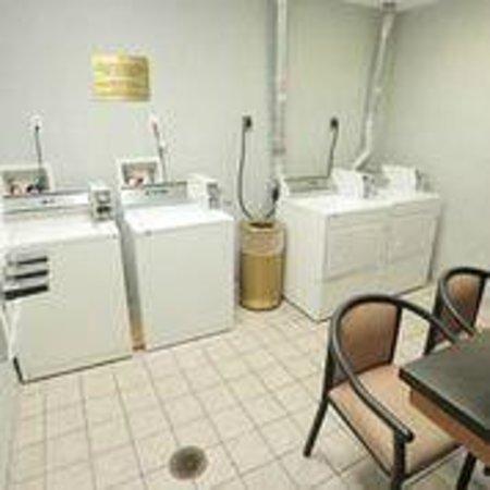 Comfort Inn International: Guest Laundry