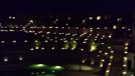 Ramada Udaipur Resort and Spa: Nightview of the garden