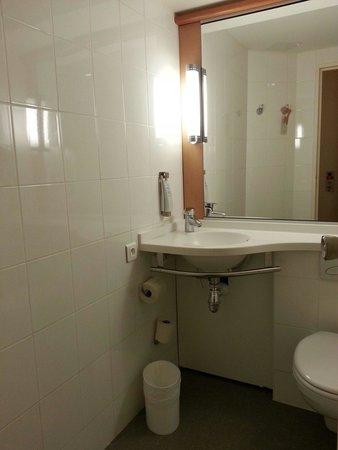 Hotel Ibis Nice Aeroport : Bathroom in double room