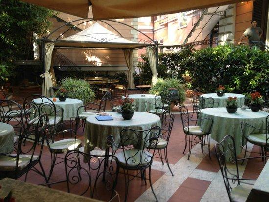 Hotel Giulio Cesare: Giardino interno
