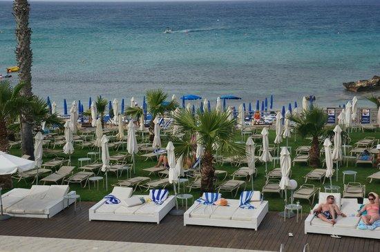 Tsokkos Silver Sands Beach Hotel: перед пляжем