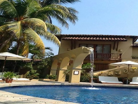 Viceroy Zihuatanejo: One of the pools by the bar