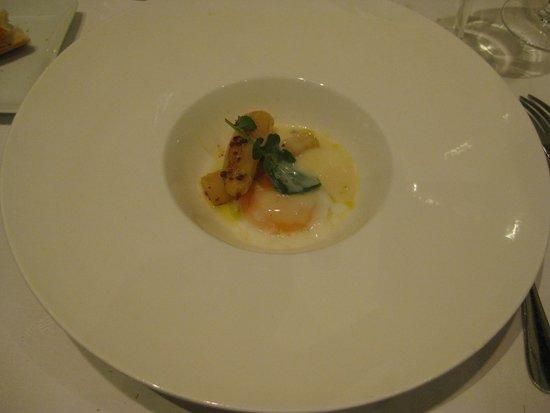 Restaurante Jaizkibel: Huevo a baja temperatura con yemas de espárragos a la plancha y virutas de jamón con su crema fi