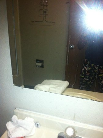 Econo Lodge - Jacksonville: Stains on mirror