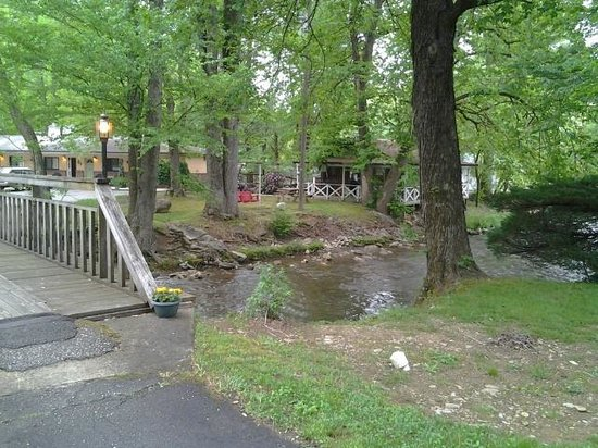 Rolling Brook Inn : Creek