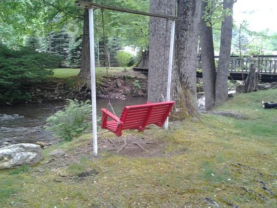 Rolling Brook Inn : Creek Swing