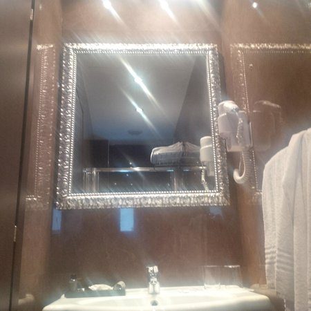 Hotel Club Florence: Tiny bathroom