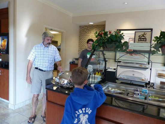 Staybridge Suites Chesapeake : Buffet breakfast