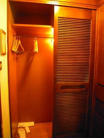Le Meridien Amman : armario habitacion