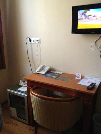 Six Inn Hotel Budapest: Inside room