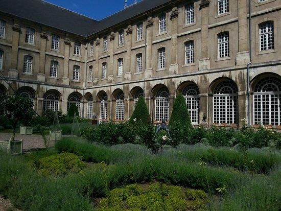 Hotel Abbaye des Premontres : cloitre et son beau jardin