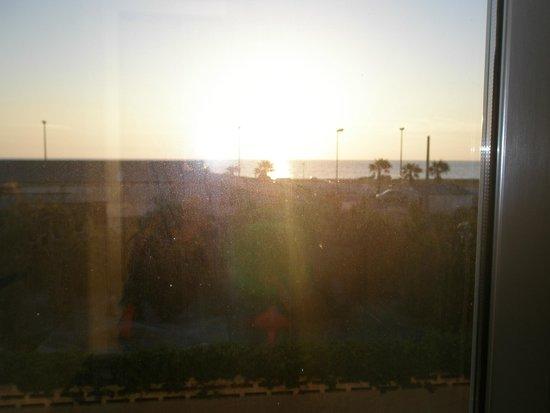 Mucci Hotel: desde la ventana. Al fondo el sucio mar