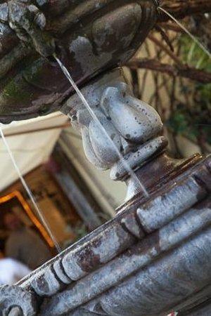 Della Santina's Trattoria: Fountain next to our table