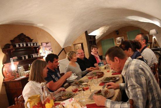 Gite Du Val Des Nymphes: Table d'hôte et convivialité