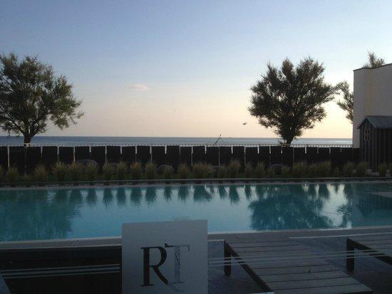 Hôtel Château des Tourelles : dinner, soleil couhant vue de la terrasse