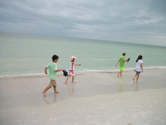 Beachcomber Beach Resort & Hotel: beautiful walk on the beach
