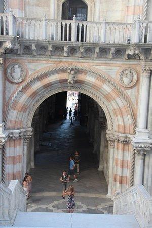 Doges' Palace: Парадный вход во внутреннем дворе. Украшают две статуи, шедевры.