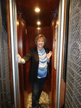 Emeraude Louvre Montana Hotel: Elevator