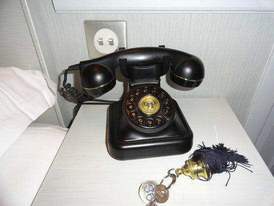 Emeraude Louvre Montana Hotel: the phone