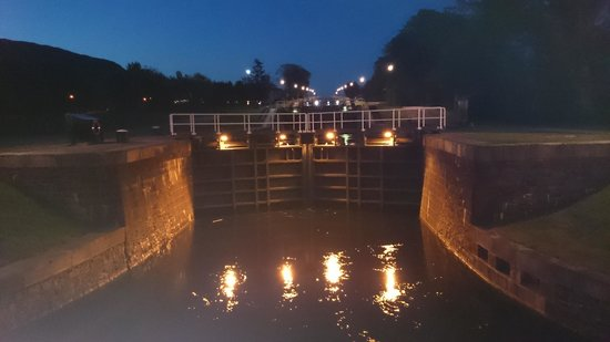 The Moorings Hotel: Night view of lock gates