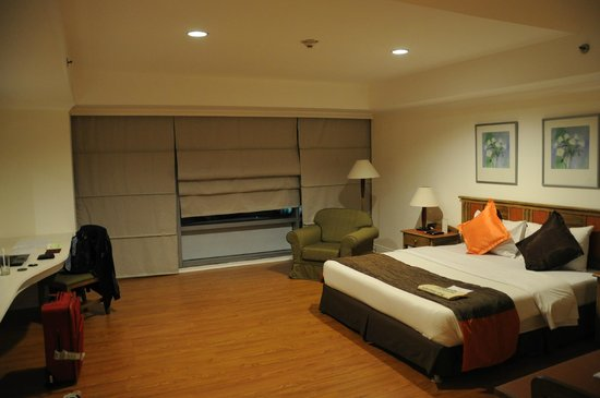 Greenstone Serviced Residences Makati: Bed and window