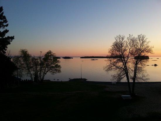 Auberge Des Iles : La même vue le soir ...