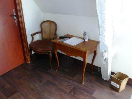 أوتل لاكولوفرين: Desk with sloping ceiling over