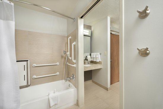 Courtyard South Bend Mishawaka: Accessible Guest Bathroom