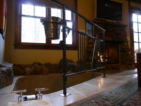 Five Pine Lodge & Spa: Soaking Tub
