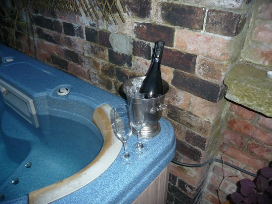 Ashmount Country House: Prosecco under the stars in the hot tub