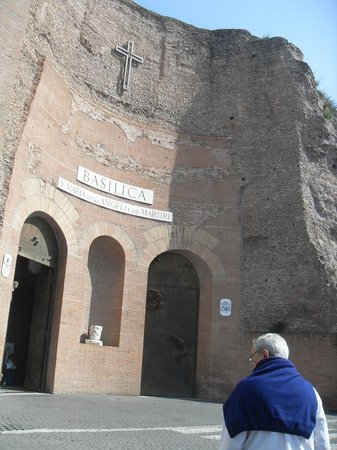 Basilica di Santa Maria degli Angeli e dei Martiri : ingreso