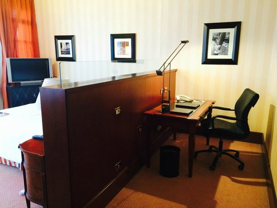 Hilton Molino Stucky Venice Hotel: Executive Room - desk area