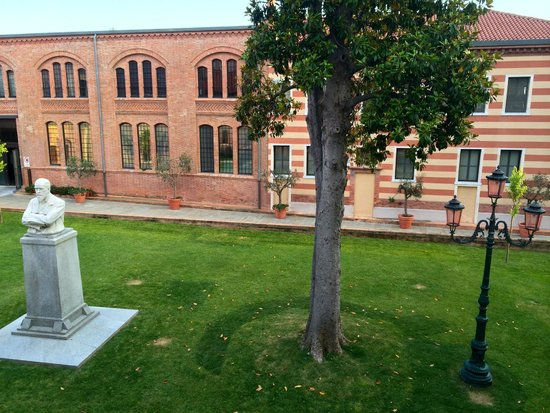 Hilton Molino Stucky Venice Hotel: View from room to gardens