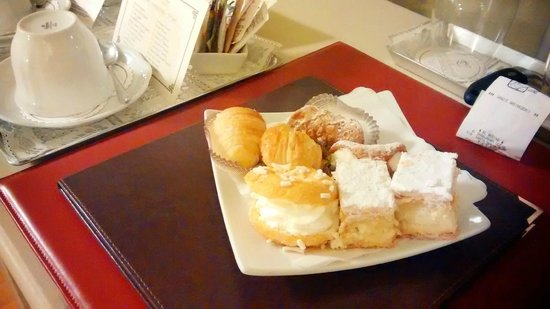 Relais I Miracoli B&B Pisa : Pastires delivered to the room