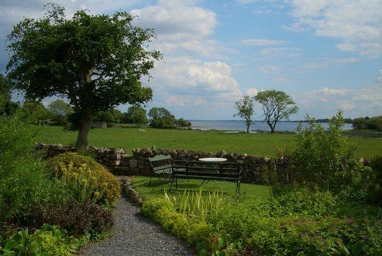 Lecarrow, Irlande : Blick vom Garten zum See