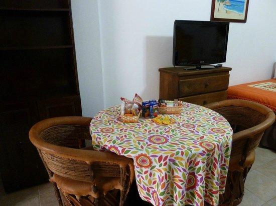 Suites Fenicia: mesa  en la habitacion