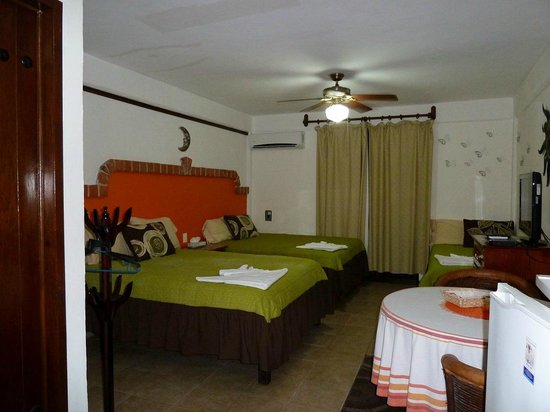Suites Fenicia: Habitación camas queen size