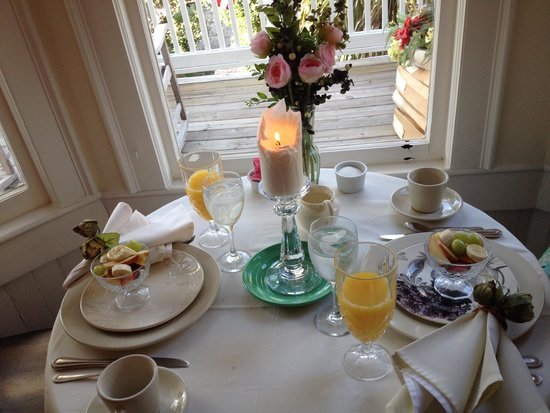 The Olde Savannah Inn: Breakfast is served!!