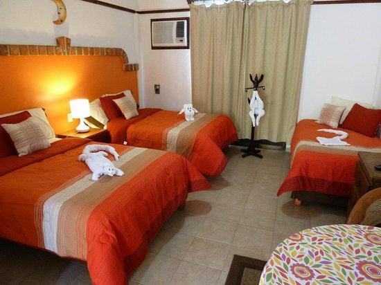 Suites Fenicia: Habitación camas dobles