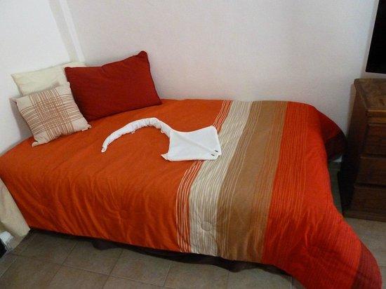 Suites Fenicia: cama individual en cada habitación