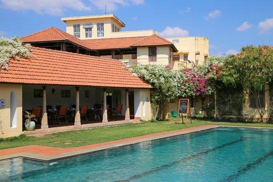 Visalam: Pool looking towards Hotel