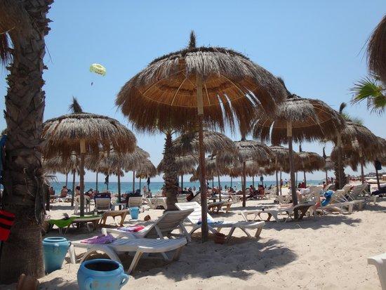 El Mouradi Club Kantaoui : Шезлонги и зонты