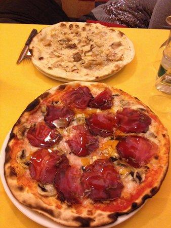 Pizzeria Quadrifoglio: Pizza con bresaola e bianca con funghi porcini.