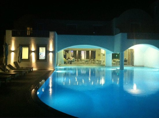 Acroterra Rosa Luxury Suites: Acroterra Rosa - pool and restaurant at night