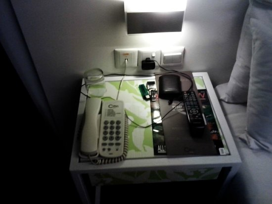 Citin Hotel Masjid Jamek : The side desk of the bed