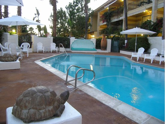 Hotel Pepper Tree: Turtle Fountains Poolside