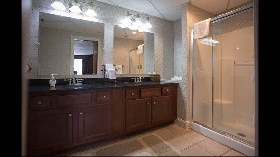 Colonial Hotel: Suite Bathroom